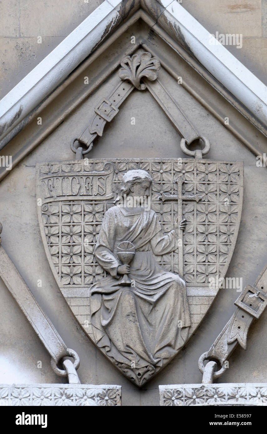 London, England, UK. Royal Courts of Justice - detail on the northern facade, seen from Carey Street. Shield - Stock Image