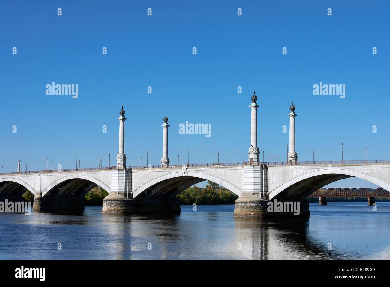 Memorial Bridge over the Connecticut River, Springfield, Massachusetts, USA - Stock Image