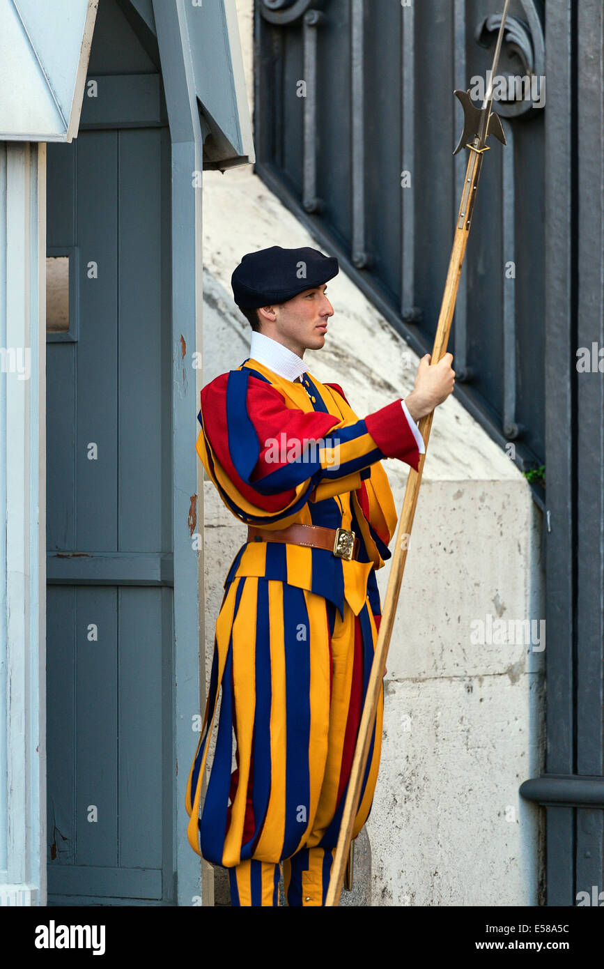 Pontifical Swiss Guard stands at attention, Vatican City, Rome, Italy - Stock Image