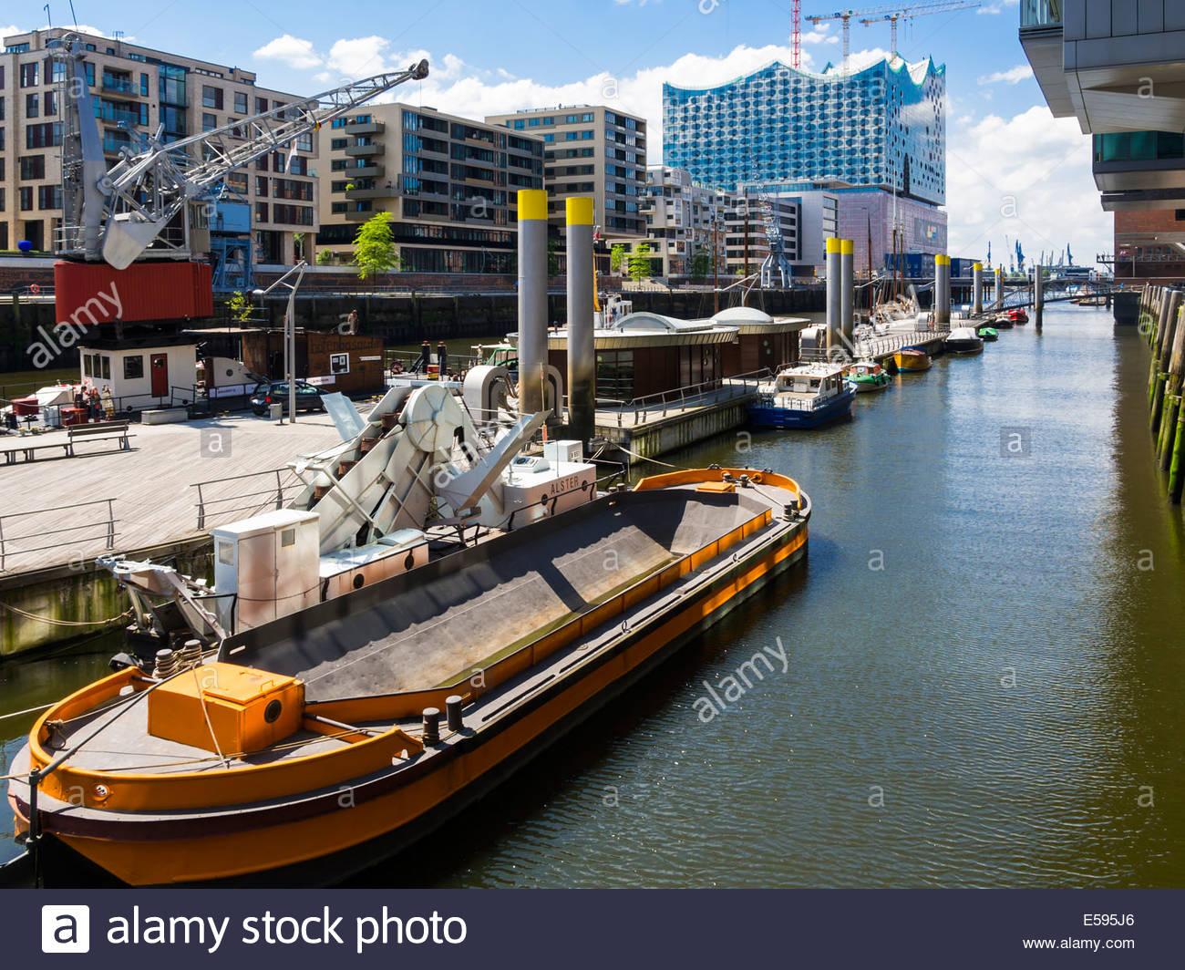 Germany, Hamburg, HafenCity, Magellan-Terrassen, Sandtorkai, Sandtorhafen, Traditional Harbour with modern residential - Stock Image