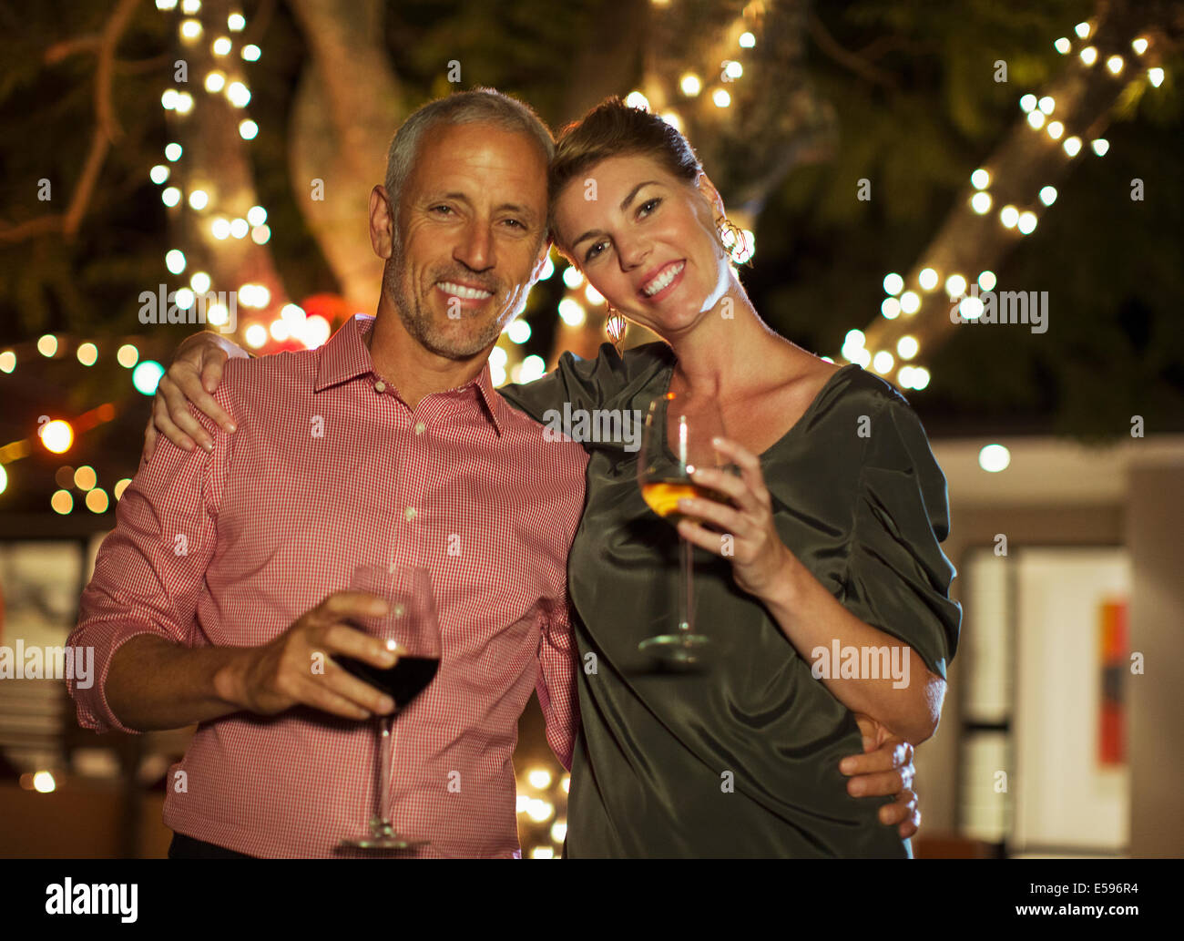 Couple drinking wine together outdoors - Stock Image