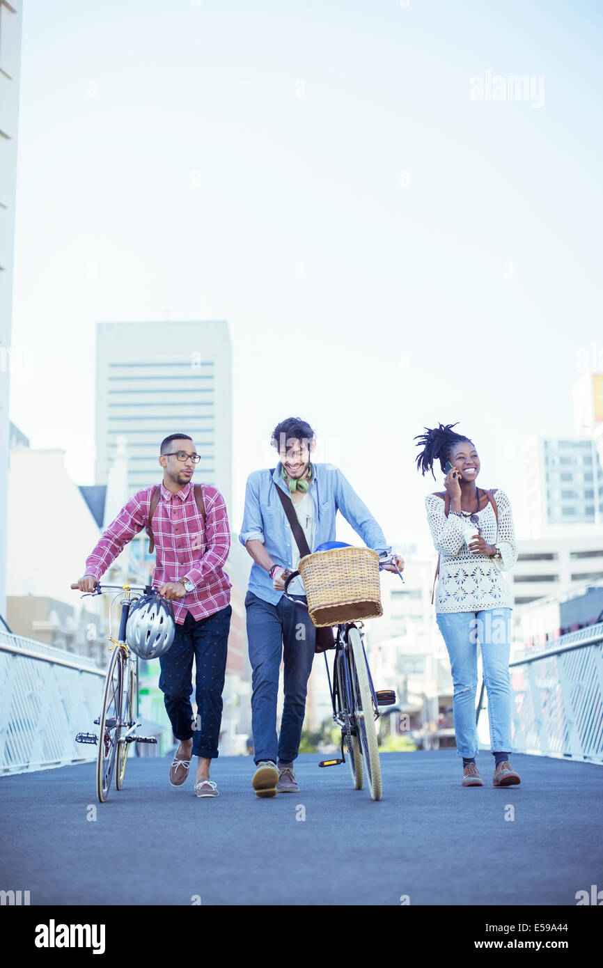 Friends walking on city street - Stock Image