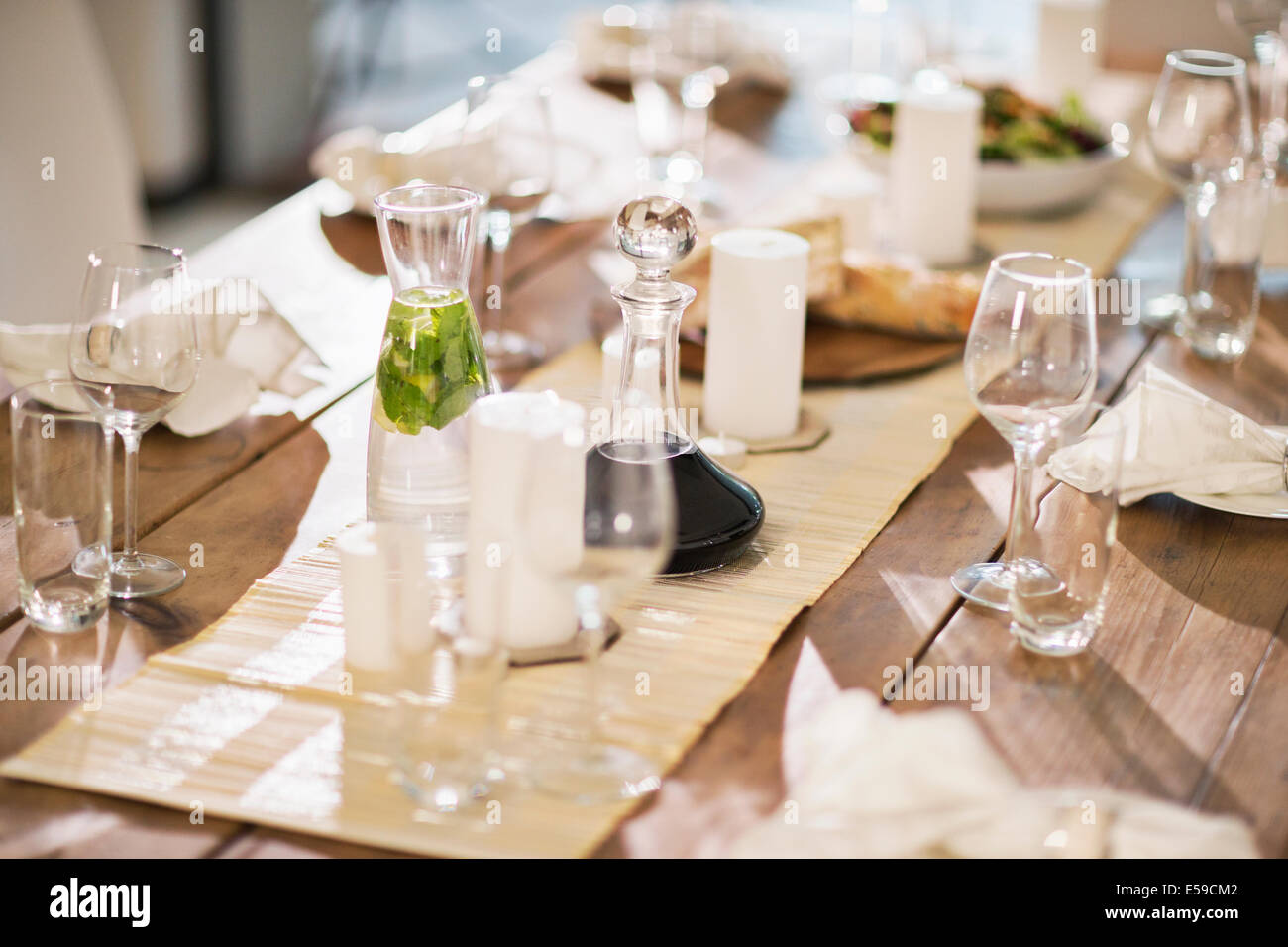 Set table at dinner party - Stock Image