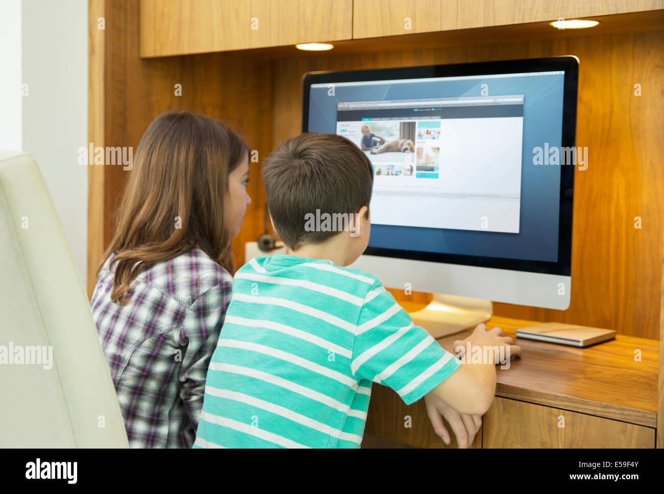 Children using computer together - Stock Image