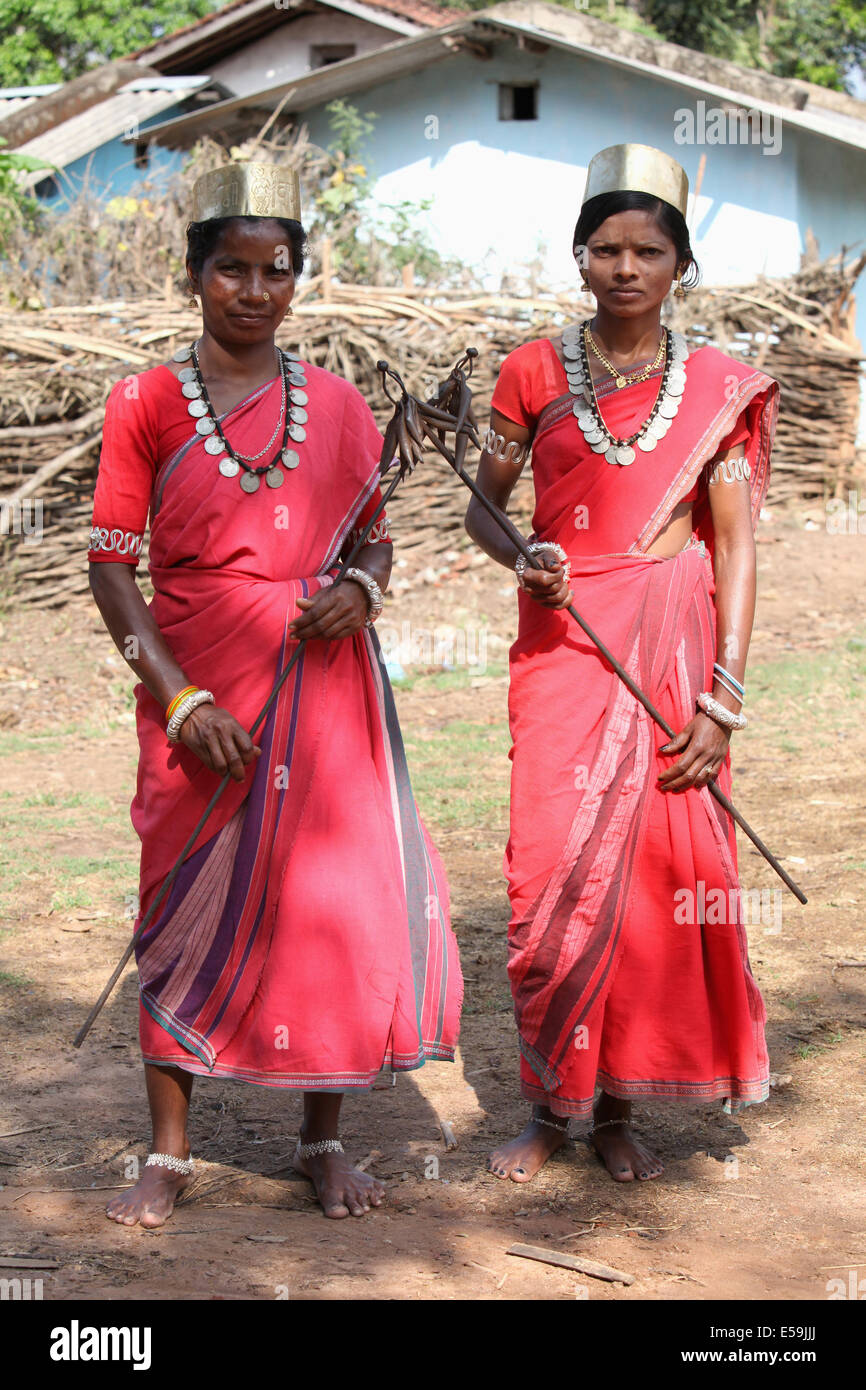 Tribal woman dancers in traditional outfits. Bison Horn Maria tribe, Datalpara, Gamawada, Chattisgadh, India - Stock Image