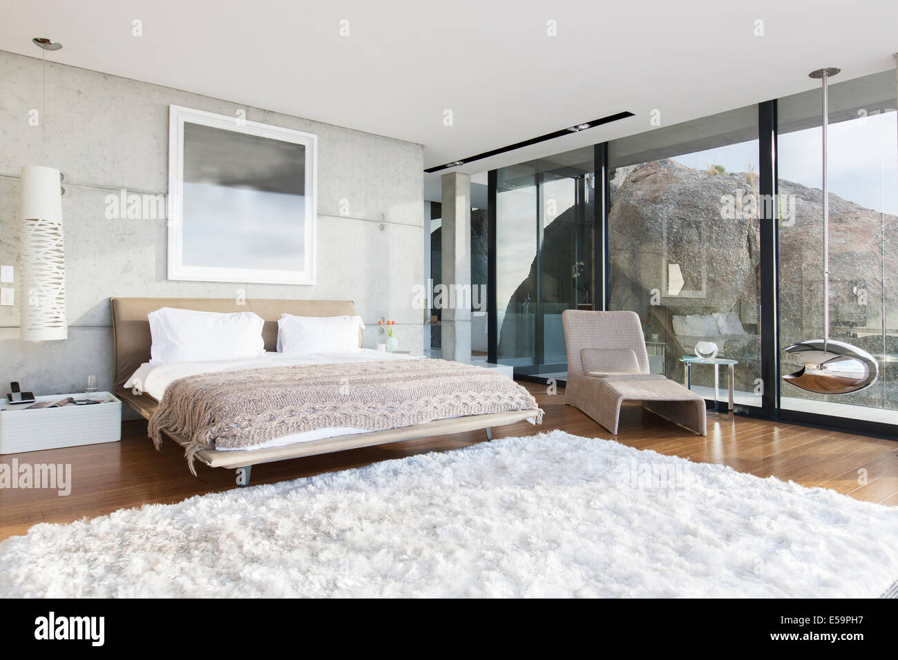 Shag rug in modern bedroom - Stock Image
