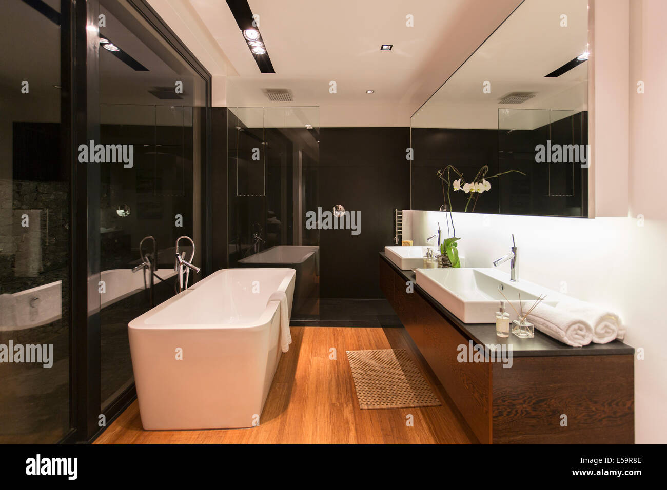 Bathtub and sinks in modern bathroom - Stock Image