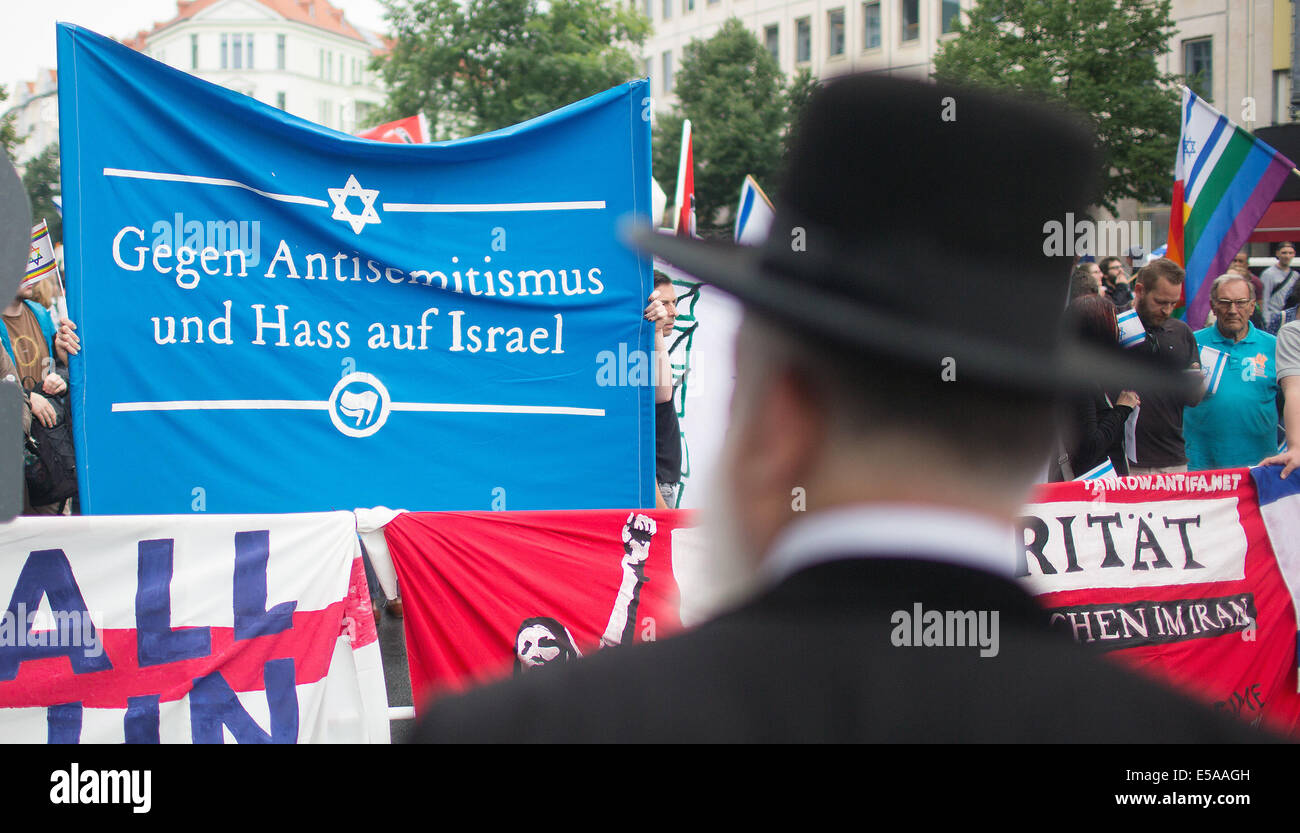 Berlin, Germany. 25th July, 2014. Pro Israel activists hold a banner reading 'Against Anti-Semitism and hate - Stock Image