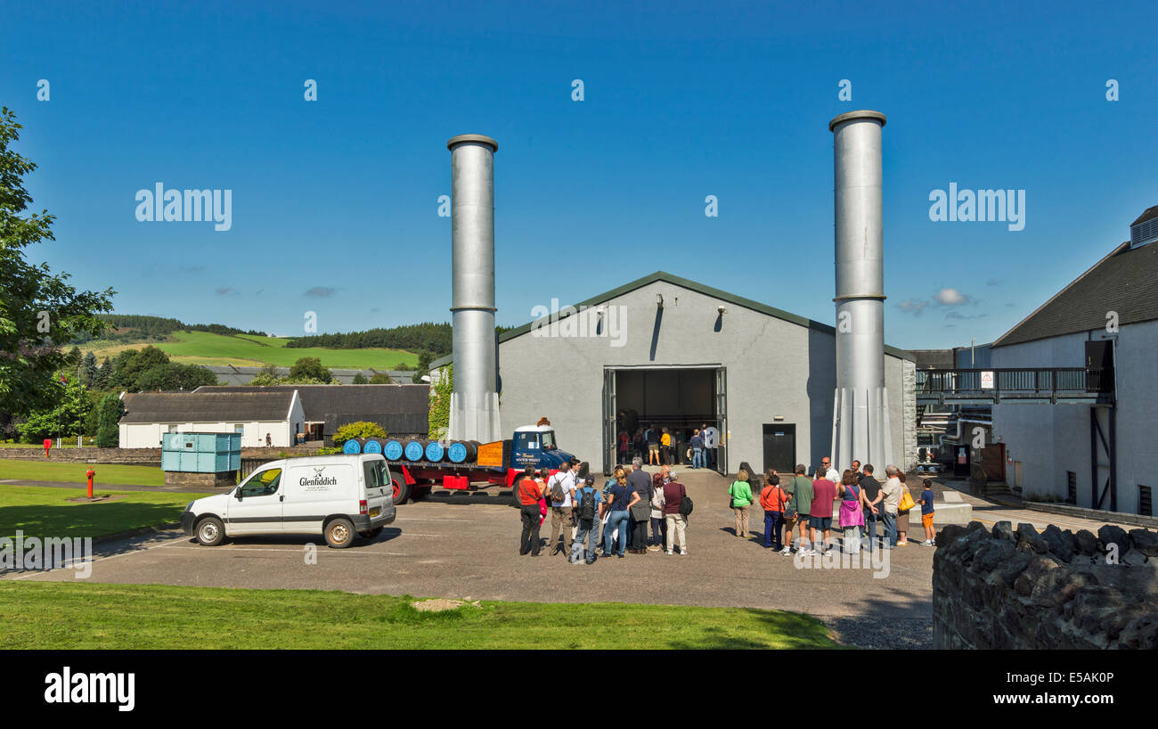 GLENFIDDICH WHISKY DISTILLERY DUFFTOWN SCOTLAND TOURISTS ON GUIDED TOURS - Stock Image