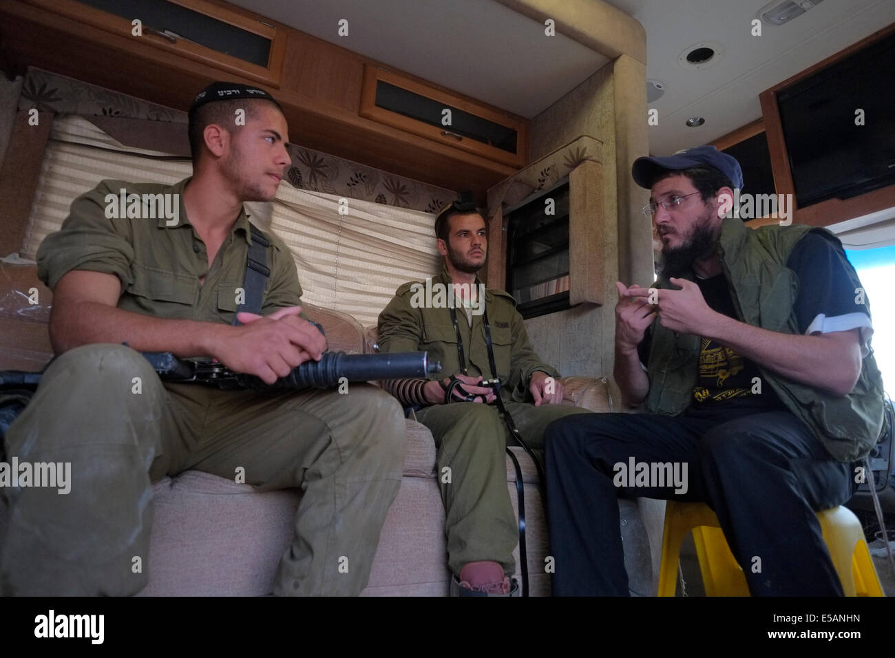A member of Habad  religious movement giving a religious speech to Israeli soldiers in a 'Mitzva Tank' van - Stock Image