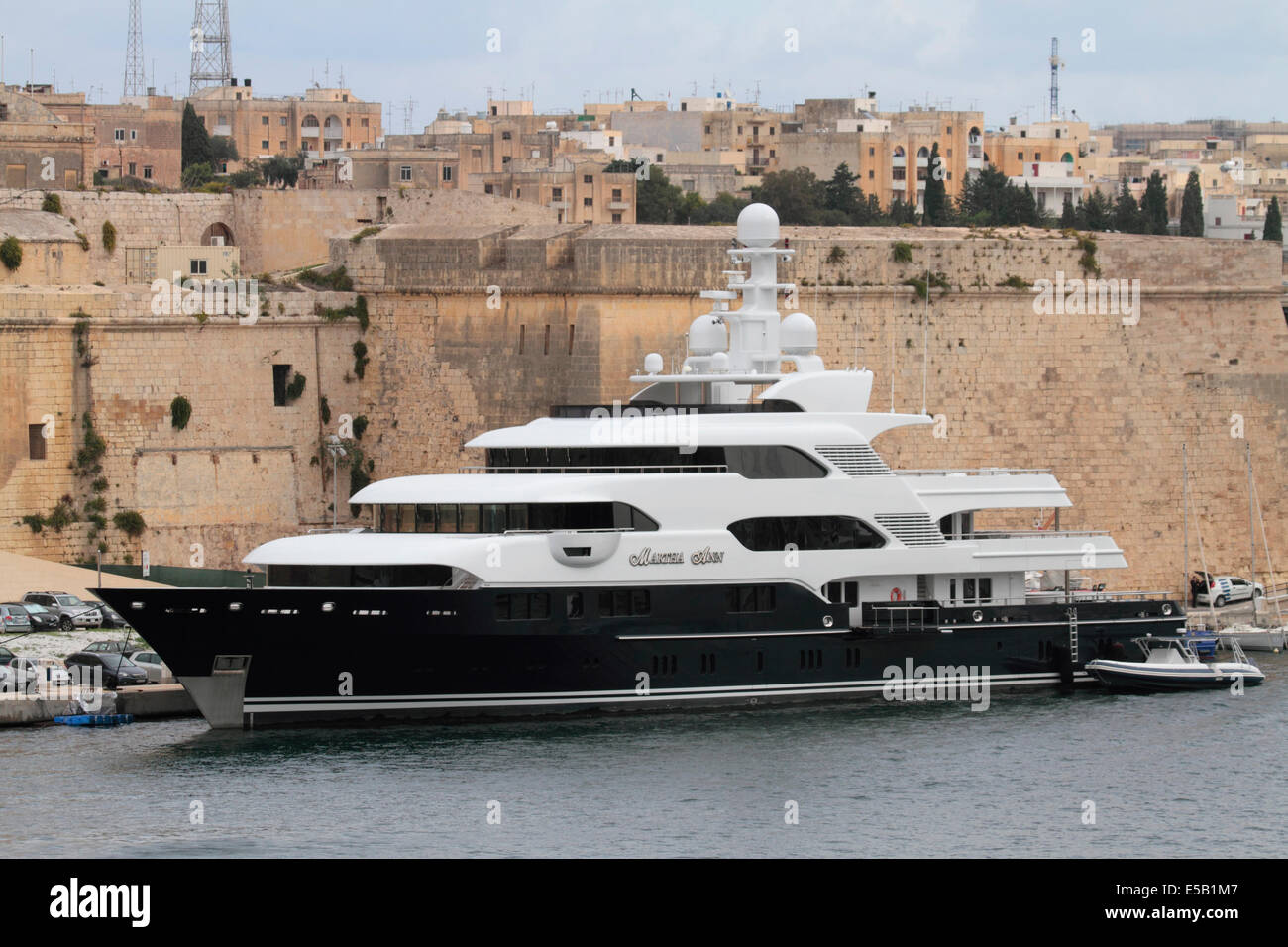 The 70-metre Lurssen superyacht Martha Ann moored beneath Fort St Angelo in Malta - Stock Image