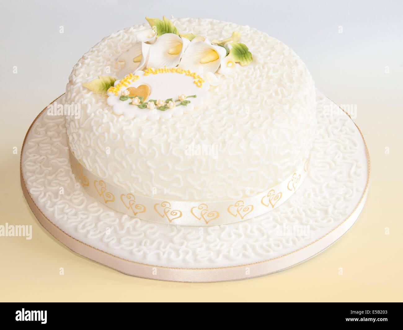 Golden Wedding Anniversary Cake Stock Photos & Golden Wedding ...