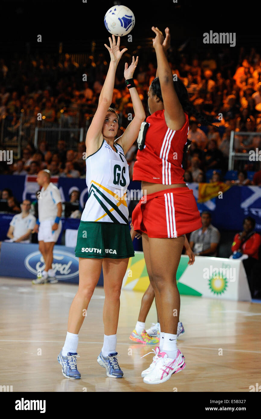 Glasgow, Scotland, UK. 25th July, 2014. Anna Bootha of South Africa shoots for goal during the netball match between - Stock Image