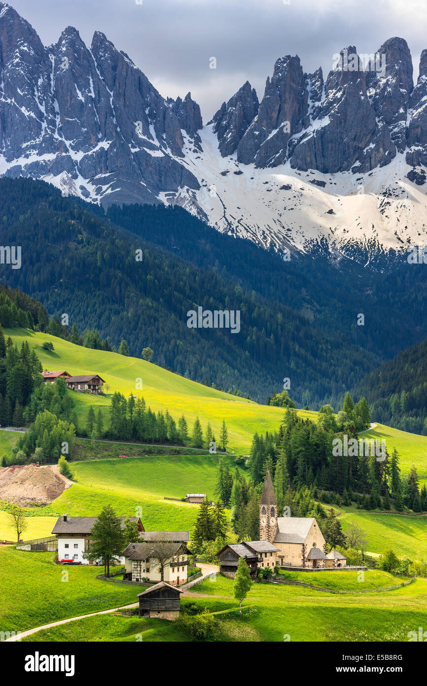 The Odle mountain peaks and the church of Santa Maddalena are the symbols of the Val di Funes - Stock Image