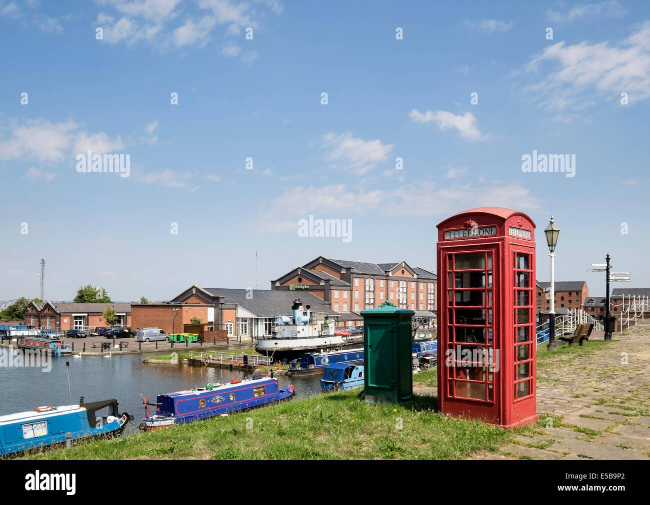 Red K6 telephone box by Shropshire Union Canal at National Waterways Museum Ellesmere Port Wirral Cheshire England - Stock Image