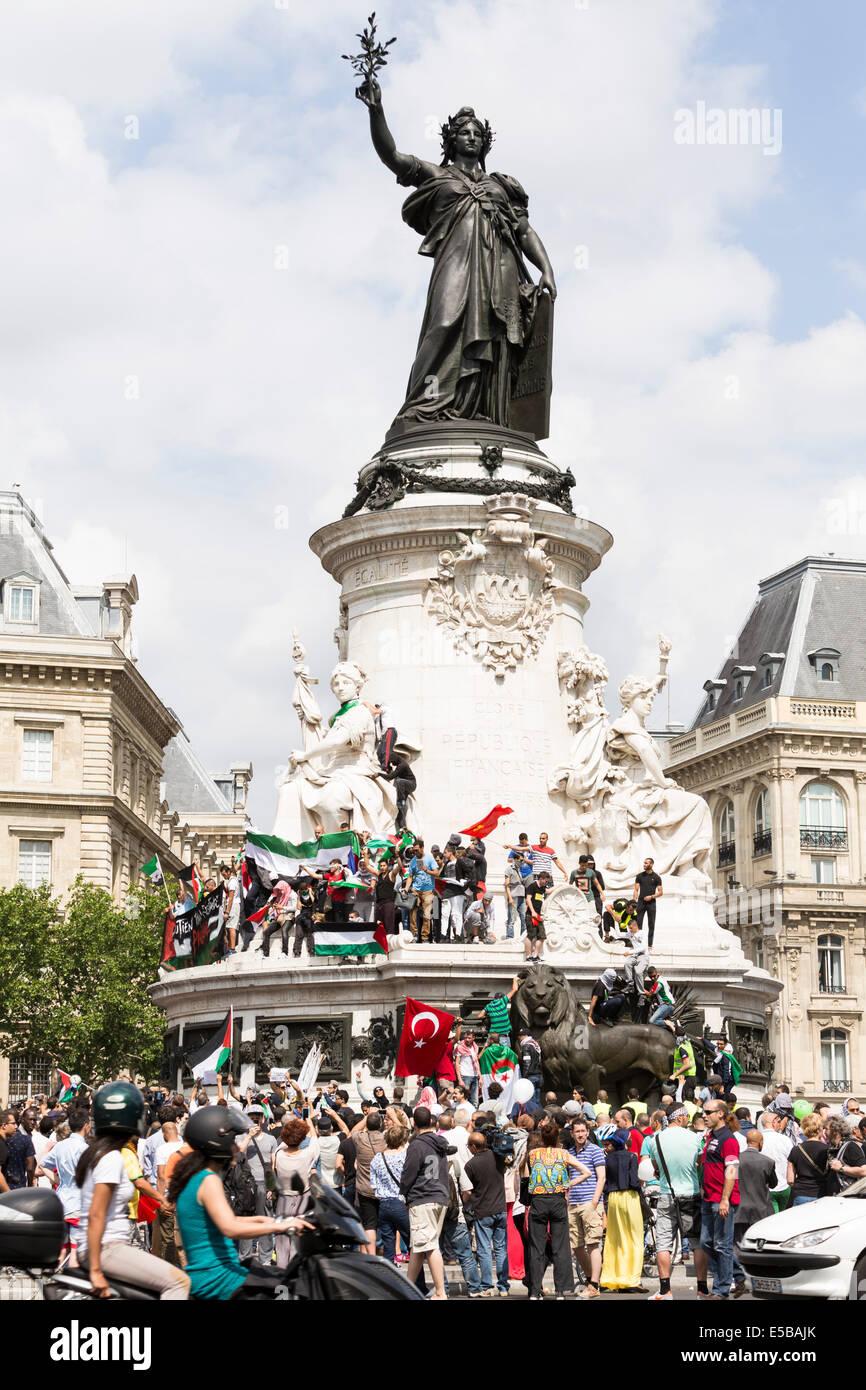 Paris, France. 26th July, 2014. Despite the ban, the pro-Palestinian protest took place in Place de la République - Stock Image