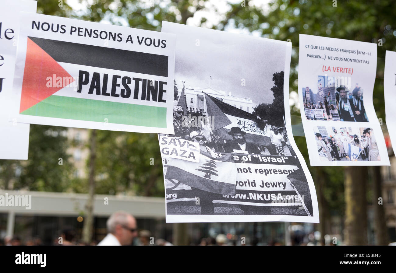 Paris, France. 26th July, 2014. Despite the ban, a pro-Palestinian protest took place in Place de la République - Stock Image