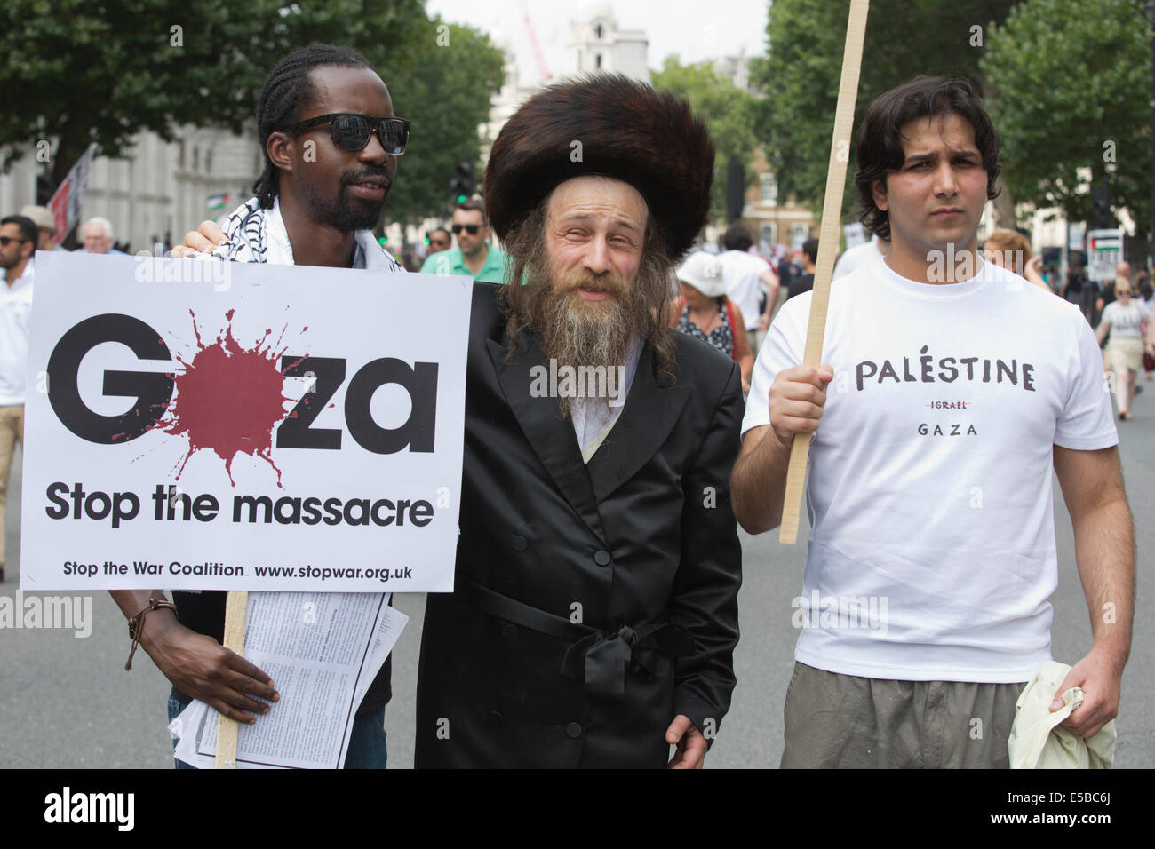 London, UK. 26 July 2014. An orthodox Jew poses with two protesters in Whitehall. Protesters gather in Parliament - Stock Image