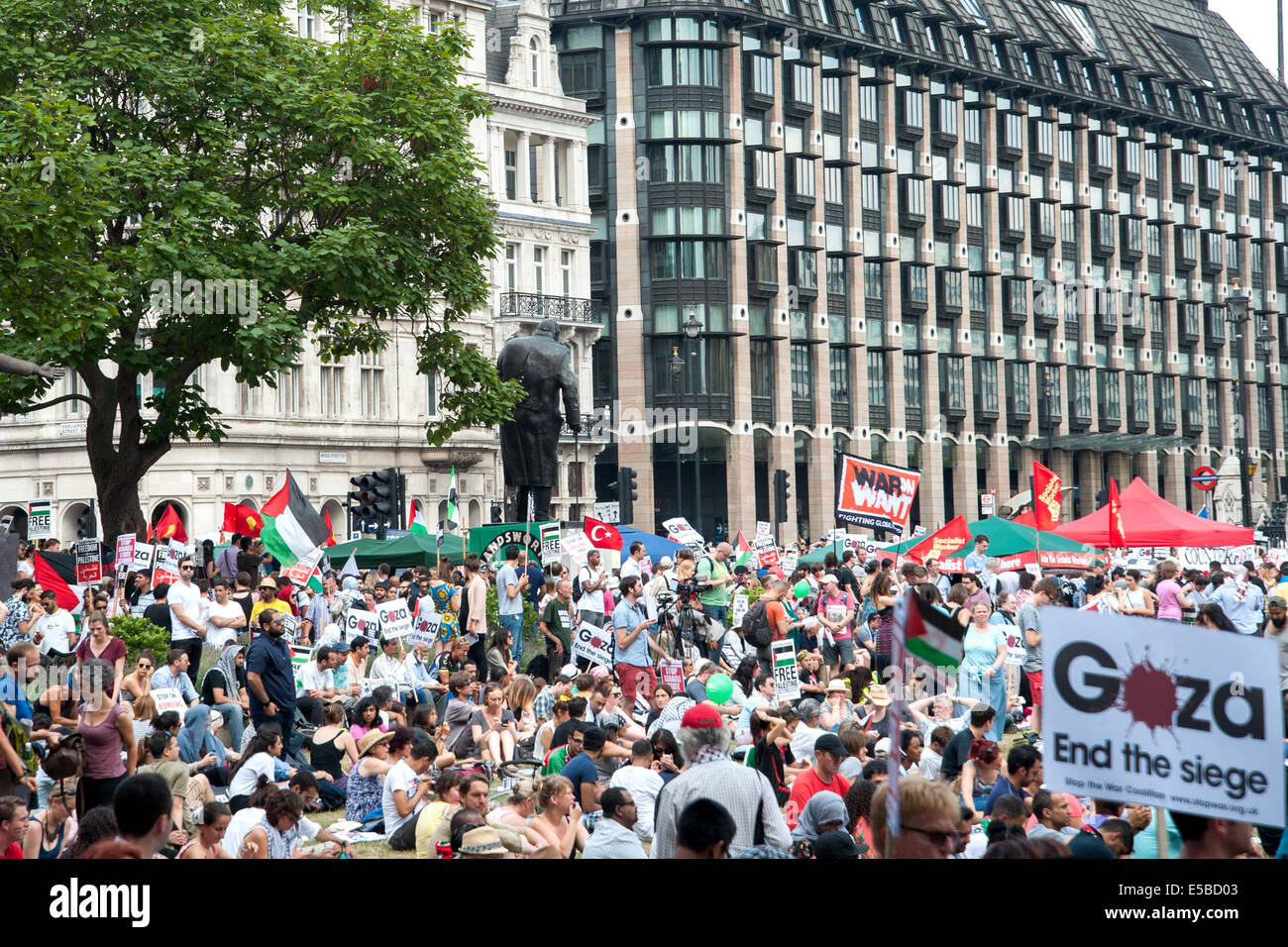 London, UK. 26th July, 2014. Tens of thousands of pro-Palestinian protesters gather for a rally at the Houses of Stock Photo