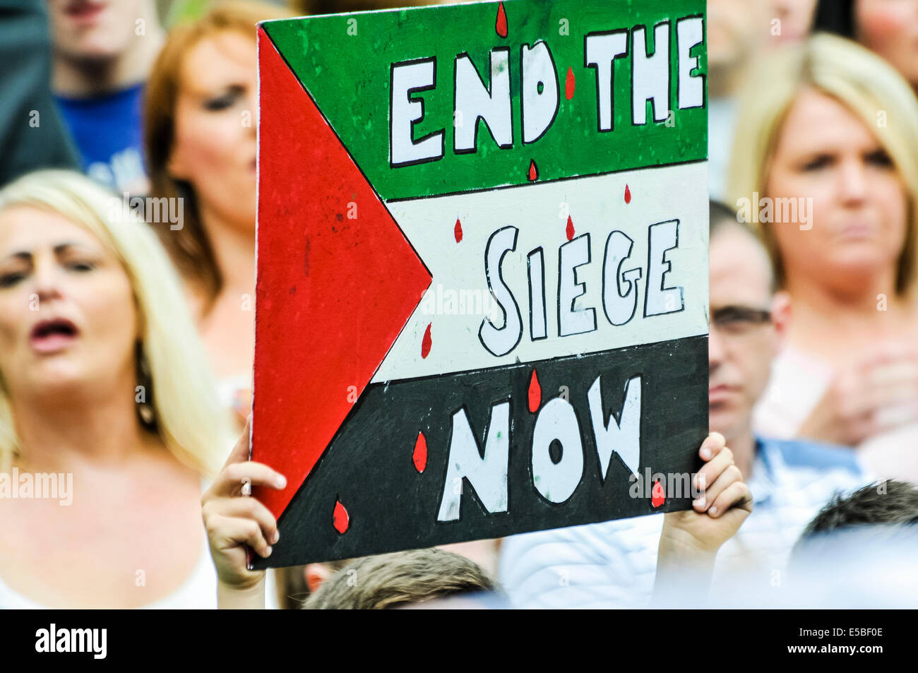 Belfast, Northern Ireland. 26 Jul 2014 - A protester holds up a poster saying 'End the seige now' at a pro - Stock Image