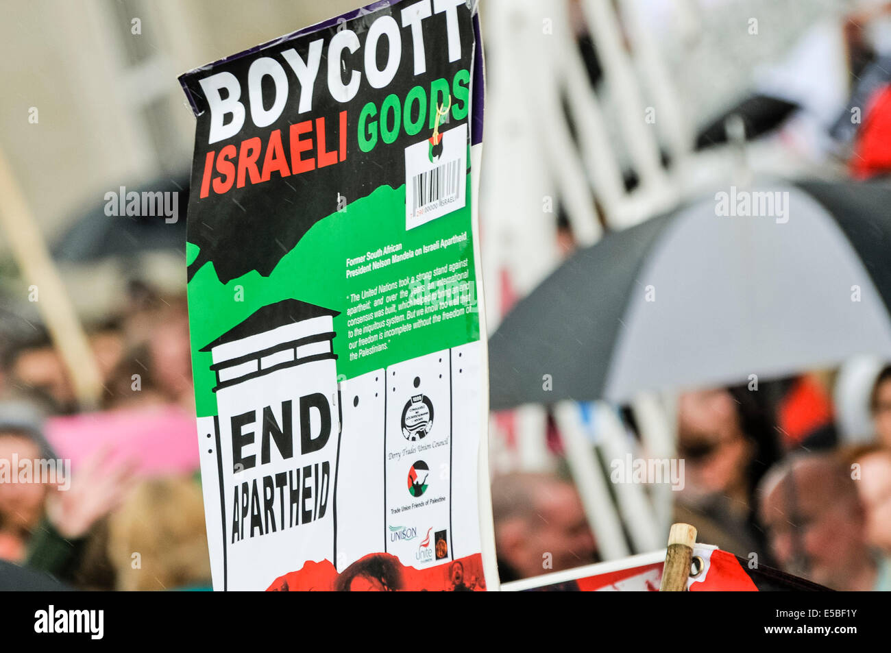Belfast, Northern Ireland. 26 Jul 2014 - A protester holds up a poster saying 'Boycott Israeli goods.  End apartheid' - Stock Image