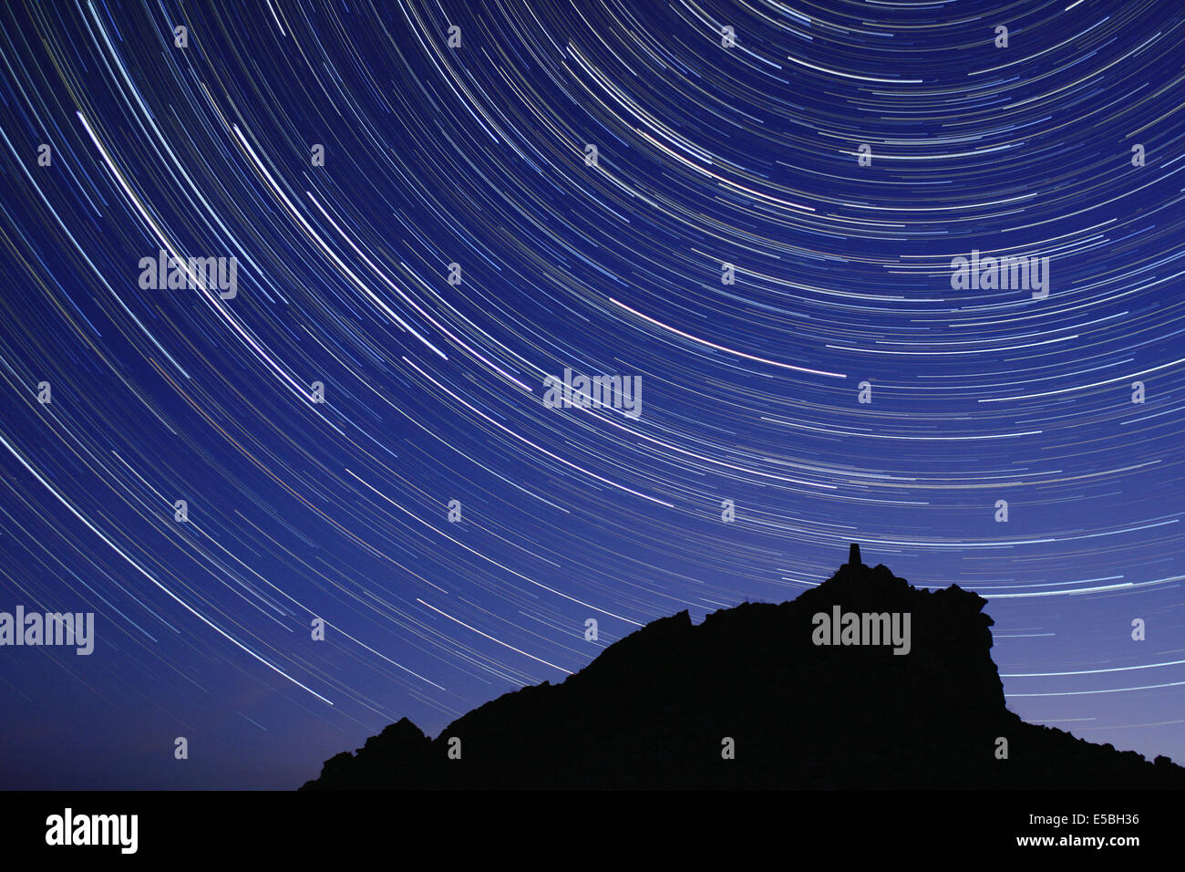 Star trails above the Stiperstones, a 536m high quartzite ridge near Shrewsbury in the Shropshire countryside, UK. - Stock Image