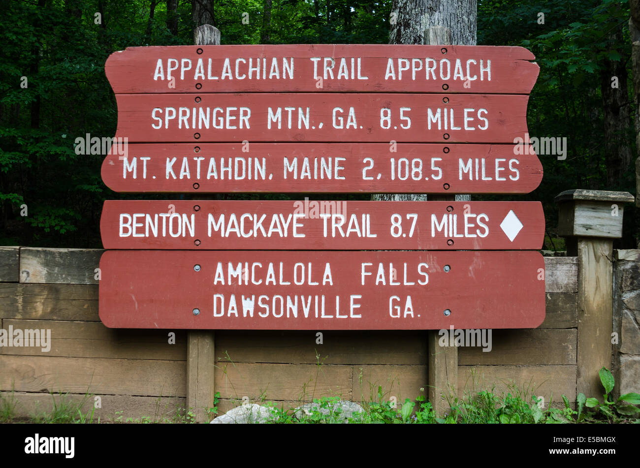 A painted sign gives the distance to Maine from Georgia on the Appalachian Trail - Stock Image