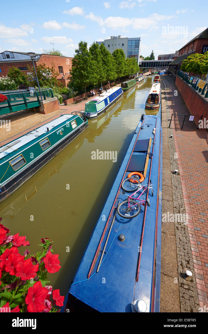Canal Barges On The Oxford Canal At The Rear Of The Castle Quay Shopping Centre Banbury Oxfordshire UK - Stock Image