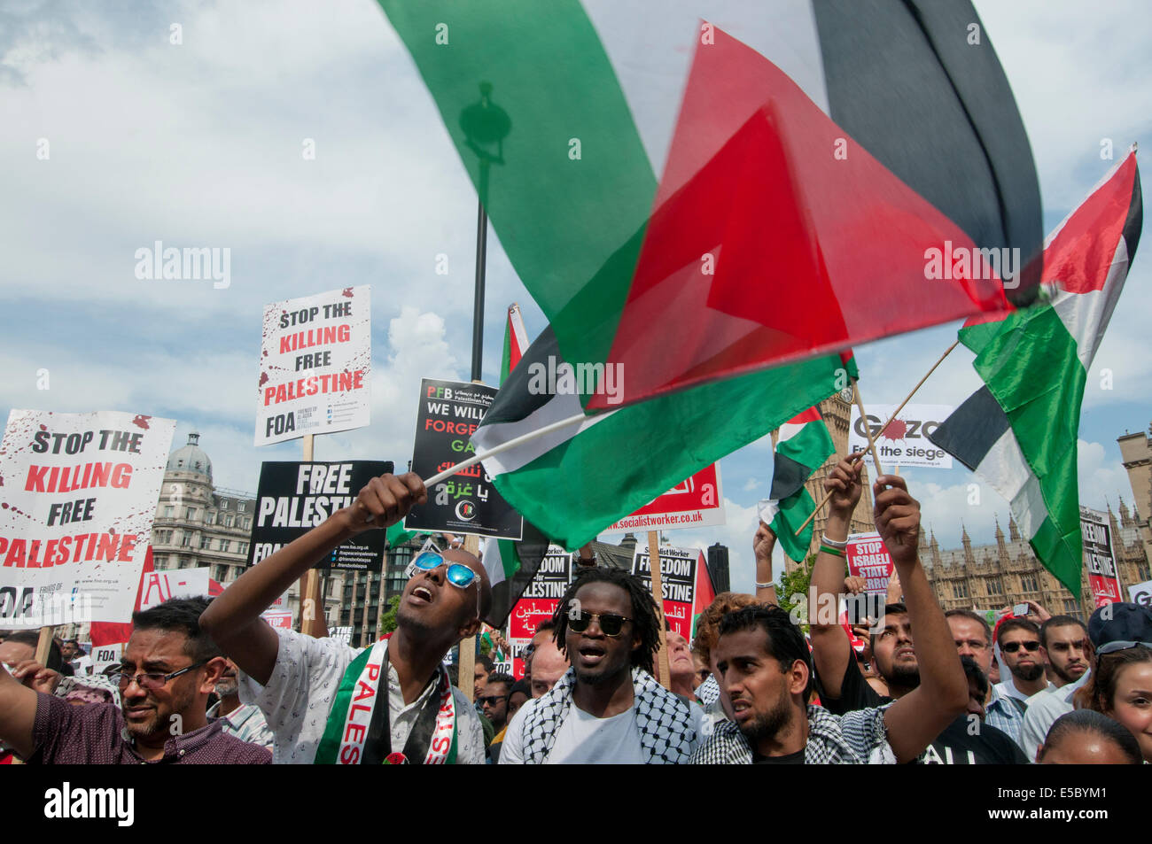 Demonstration against Israeli bombing of Gaza, 26.07.2014. Protesters listen to speeches and wave Palestinian flags. - Stock Image