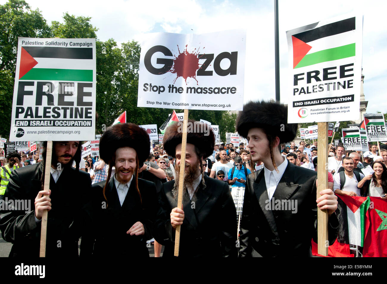 Demonstration against bombing of Gaza. Members of Neturei Karta, orthodox Jews opposed to the state of Israel hold - Stock Image
