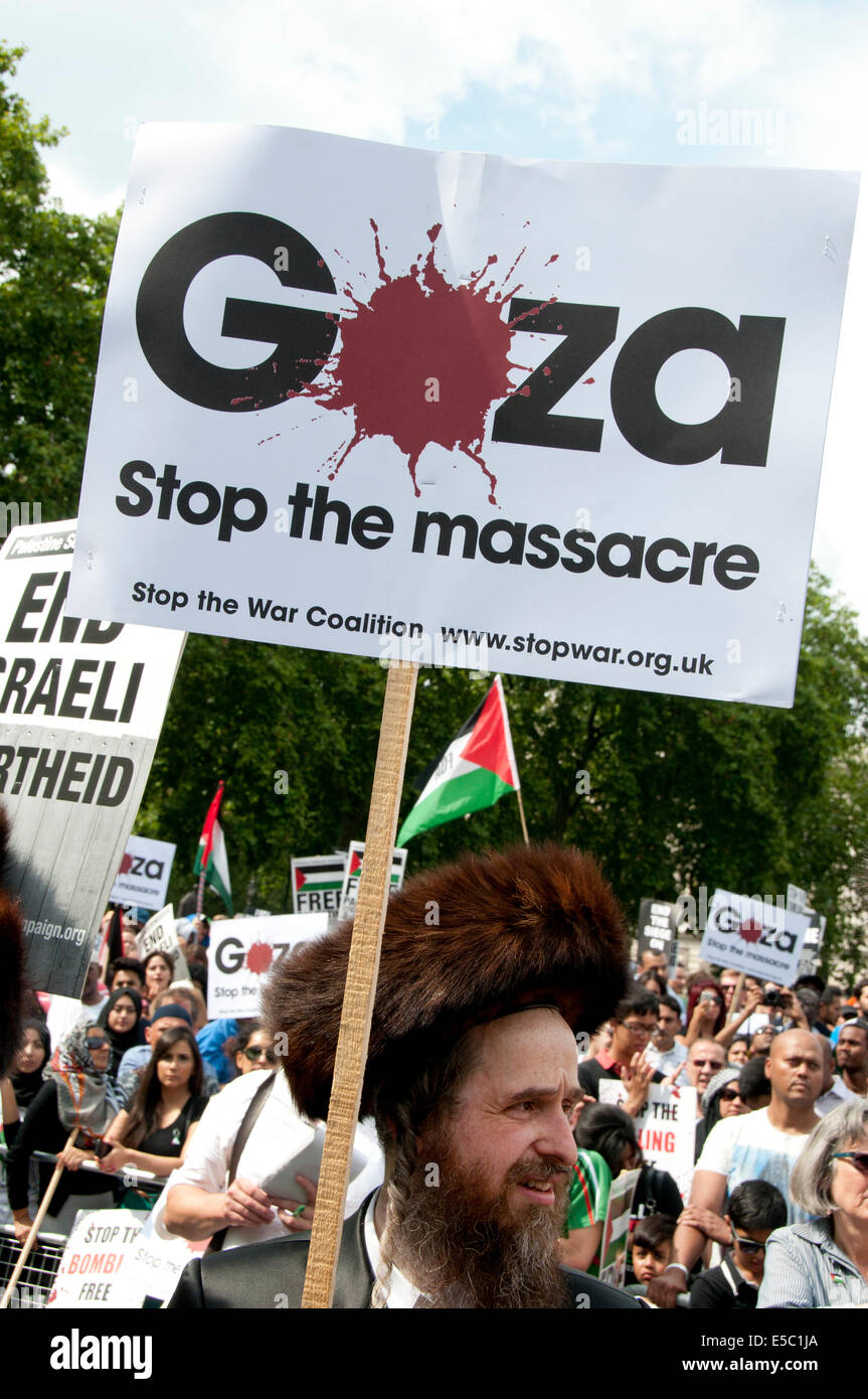 Demonstration against Israeli bombing of Gaza, Members of Neturei Karta, orthodox Jews opposed to the state of Israel - Stock Image