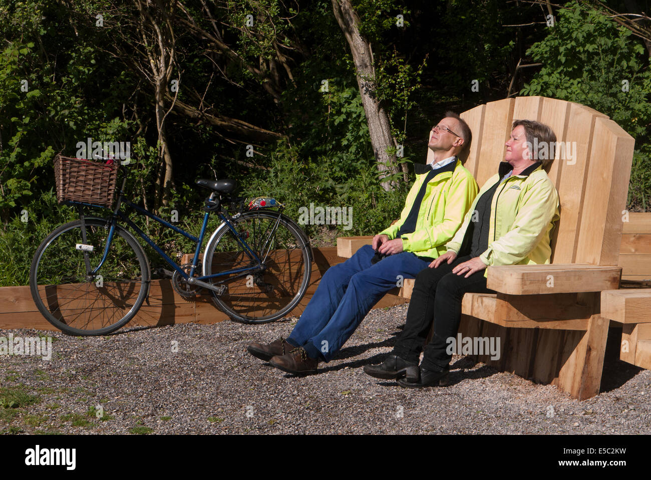 Cyclists take a rest on Great Stour Cycle way near Canterbury Kent - Stock Image