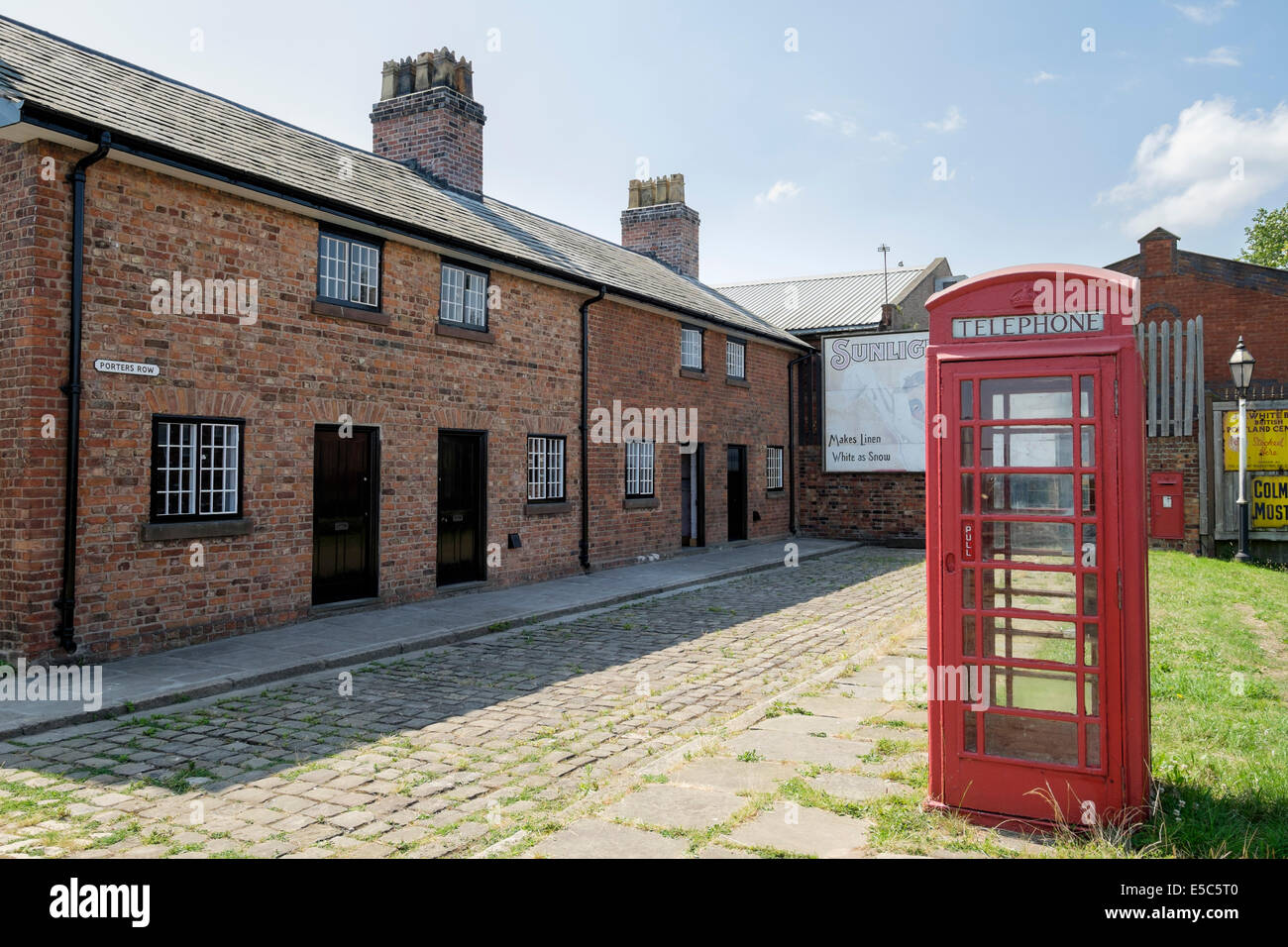 Red phone box in Porters Row of historic cottages housing for dock workers at National Waterways Museum Ellesmere - Stock Image