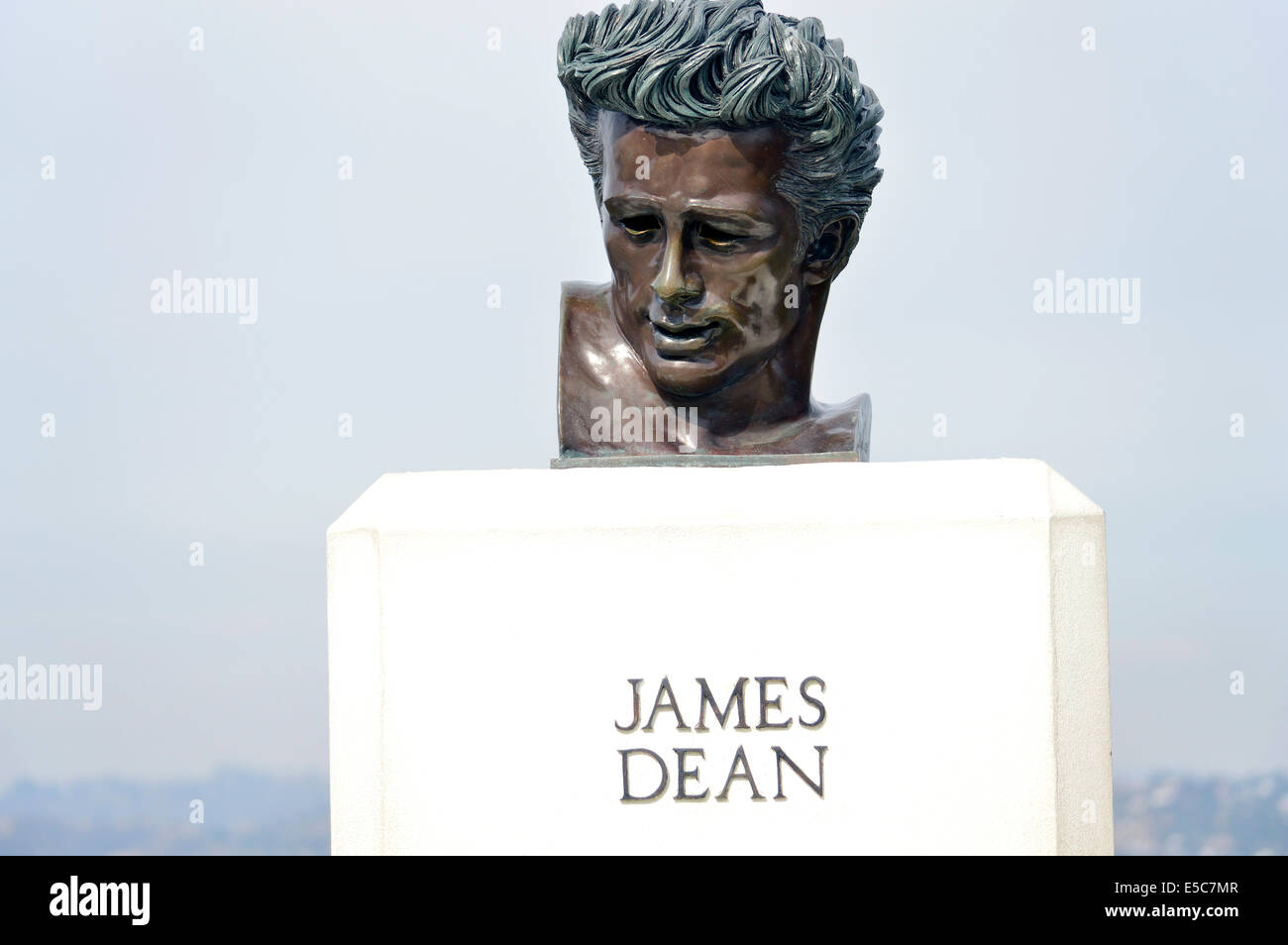 The James Dean 'Rebel Without a Cause' film statue outside the Observatory in Griffith Park, Los Angeles, - Stock Image