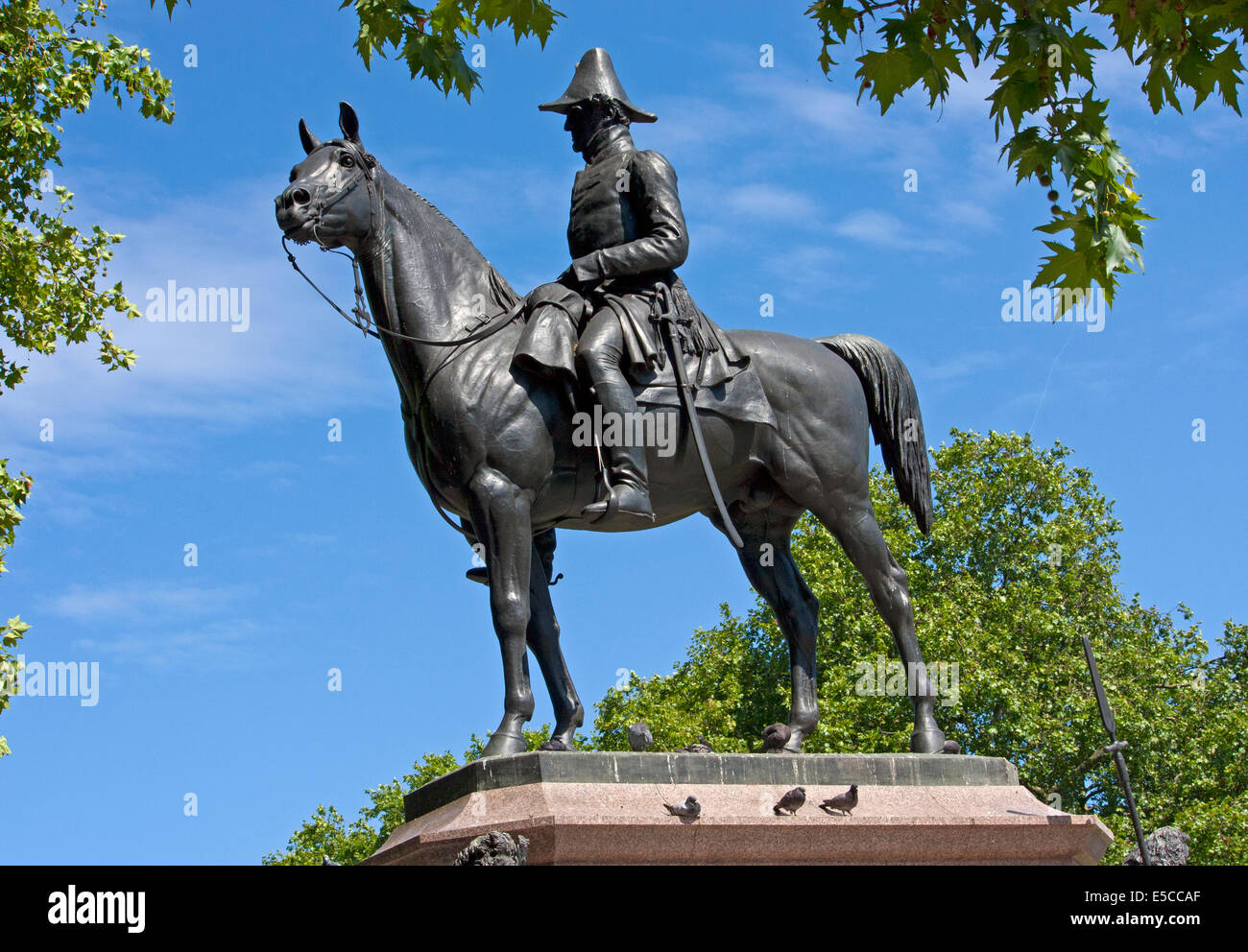 Statue of Arthur Wellesley, 1st Duke of Wellington by J E Boehm, which stands in the corner of Hyde Park opposite - Stock Image