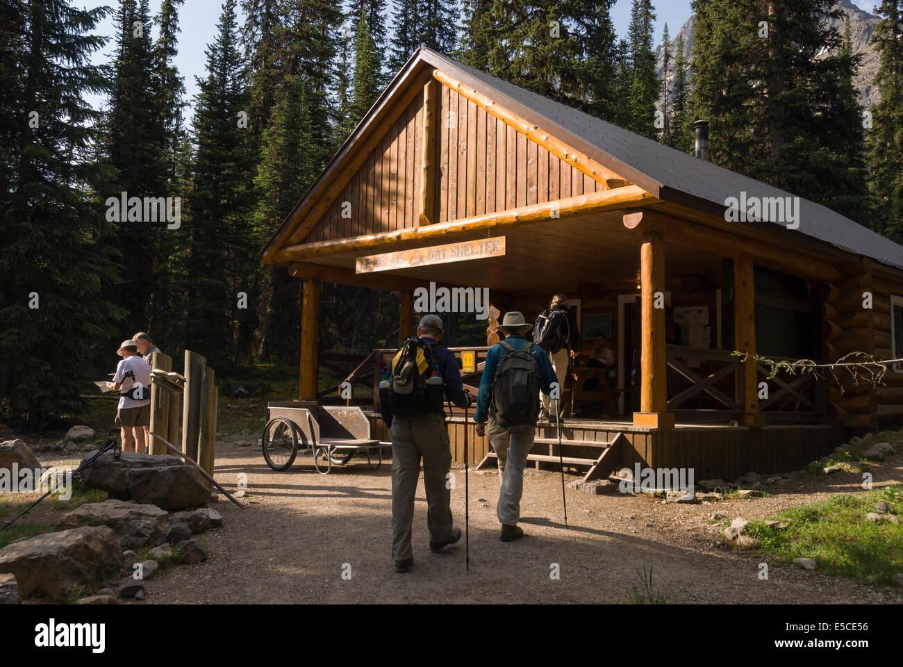 Elk203-2204 Canada, British Columbia, Yoho National Park, Lake O'Hara, bus shelter - Stock Image