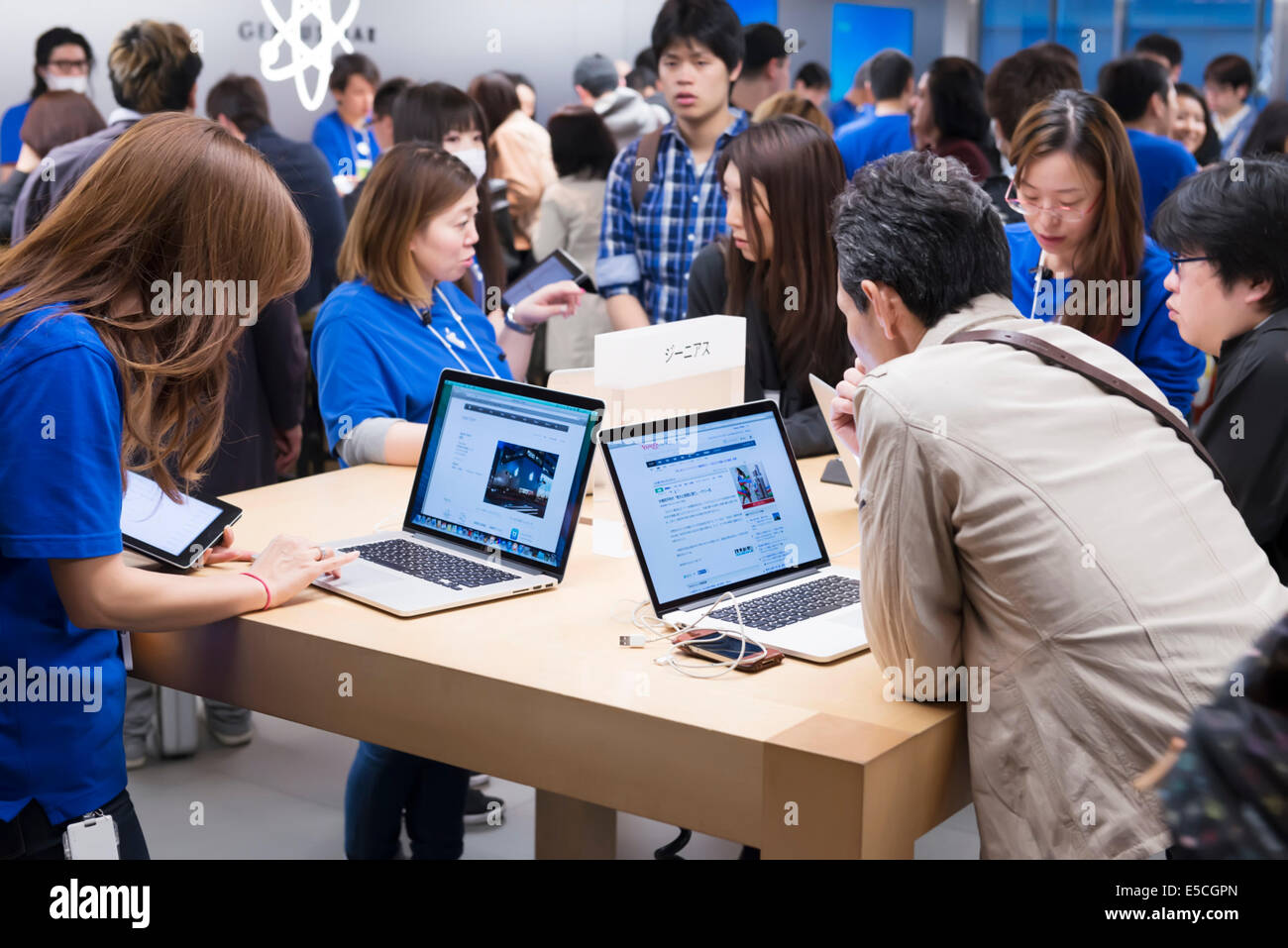 People at Apple Genius Bar technical support centre of a retail store in Ginza, Tokyo, Japan 2014 - Stock Image