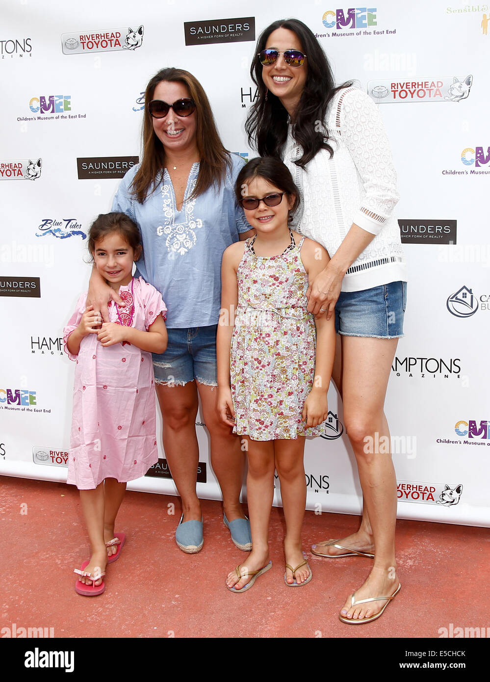 Editor-in-Chief of Hamptons magazine Samantha Yanks (L) and daughter Sadie with Amanda Poses (R) and daughter Addison. - Stock Image
