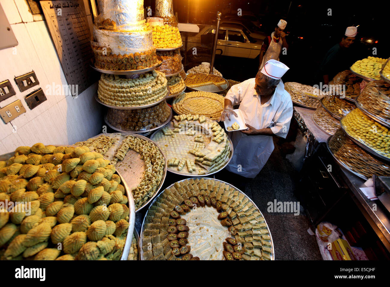 Best Jordan Eid Al-Fitr Food - amman-jordan-27th-july-2014-a-jordanian-man-sells-sweets-for-the-upcoming-E5CJHF  Snapshot_124423 .jpg