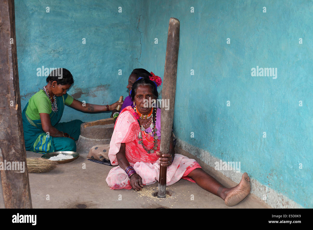 Tribal women pounding rice, Baiga tribe. Karangra Village, Chattisgadh, India - Stock Image