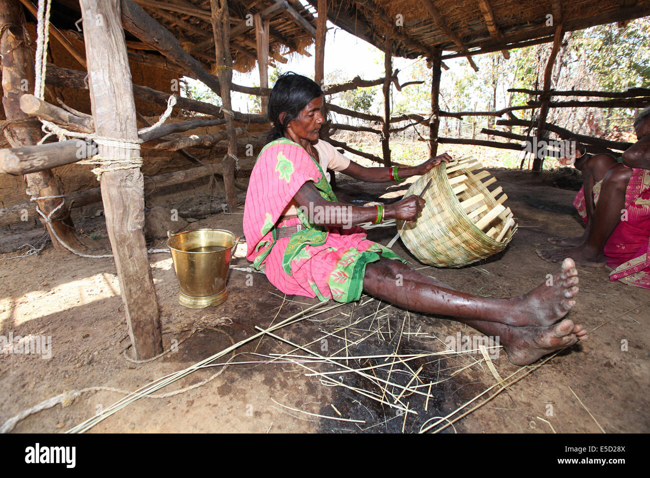 Tribal woman making baskets with dry bamboo strips. Birhor tribe, Chueya Village, Korba District, Chattisgadh, India - Stock Image