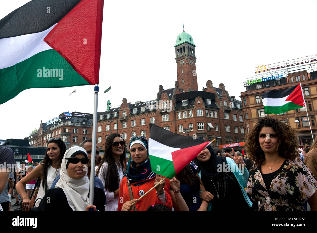 Copenhagen, Denmark. 28th July, 2014. Some 4 – 5000 people gather at Copenhagen town hall square this afternoon - Stock Image