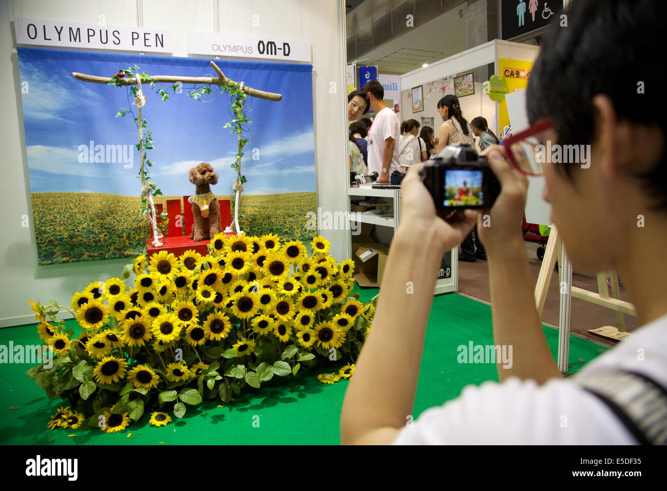 Tokyo, Japan. 27th July, 2014. A visitor takes pictures of his pet at the Interpets in Tokyo Big Sight on July 27, - Stock Image