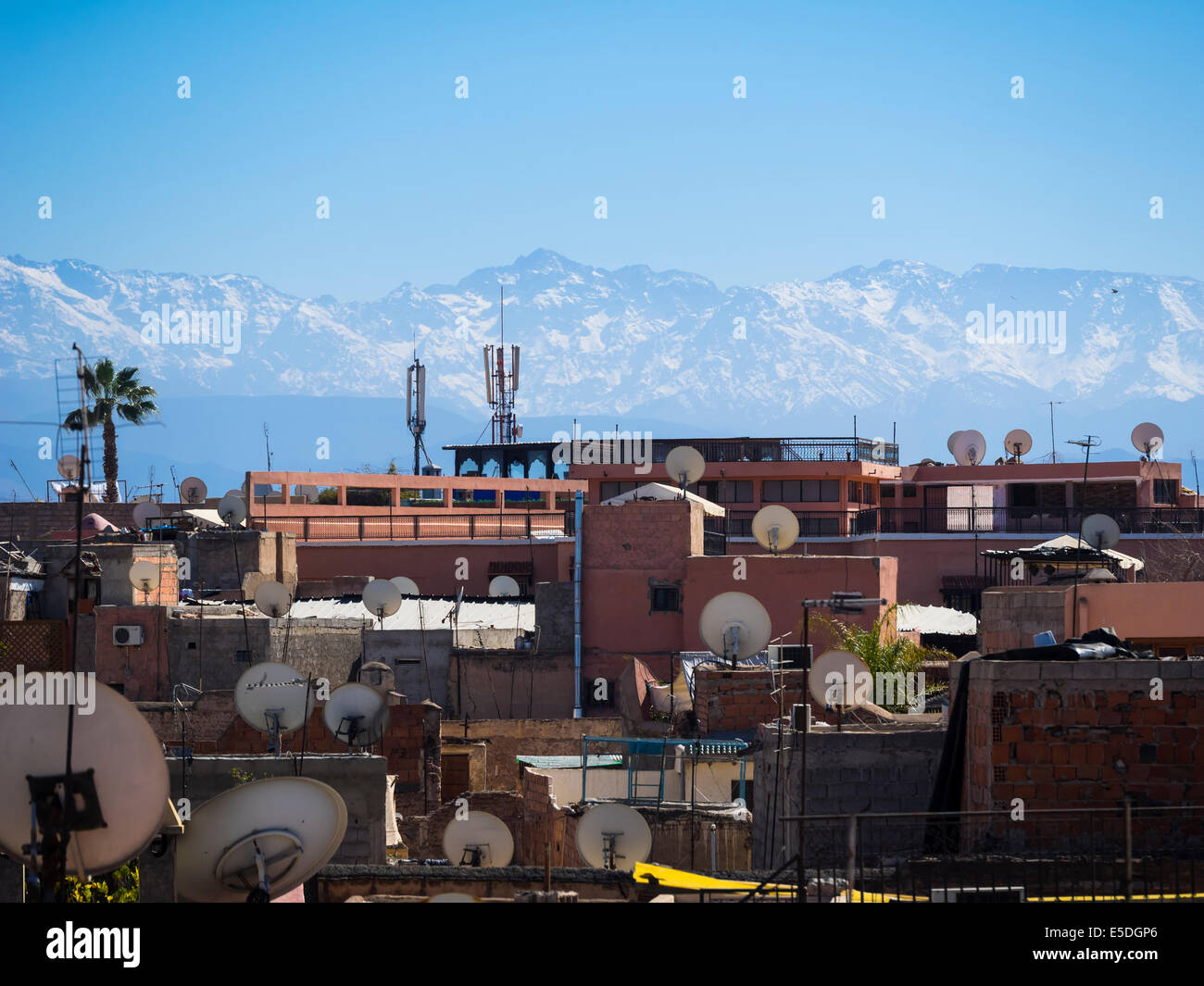 Morocco, Marrakech, View over roofs with satellite dishes towards Atlas mountains - Stock Image