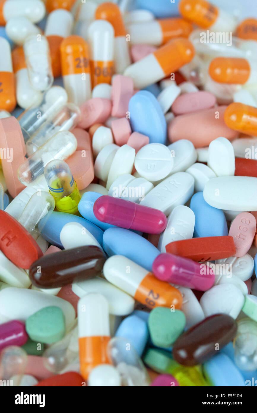 tabletten medikamente pillen medikament pille tablette apotheke gesundheit medizin medizinisch pharma pharmazie Stock Photo