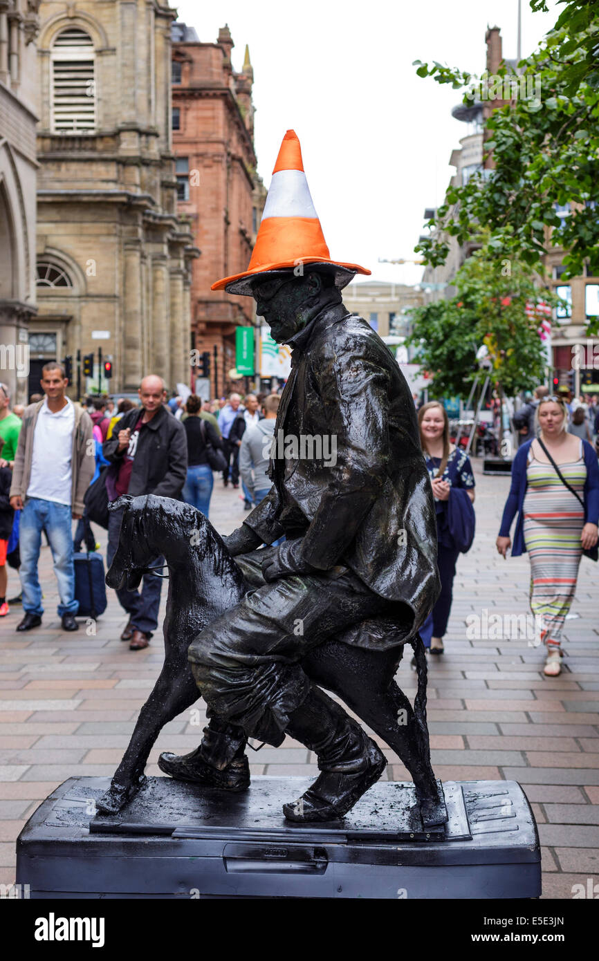 Glasgow, Scotland, UK. 29th July, 2014. Kevin Powell, a street and mime artist from Cheshire, England shows some - Stock Image