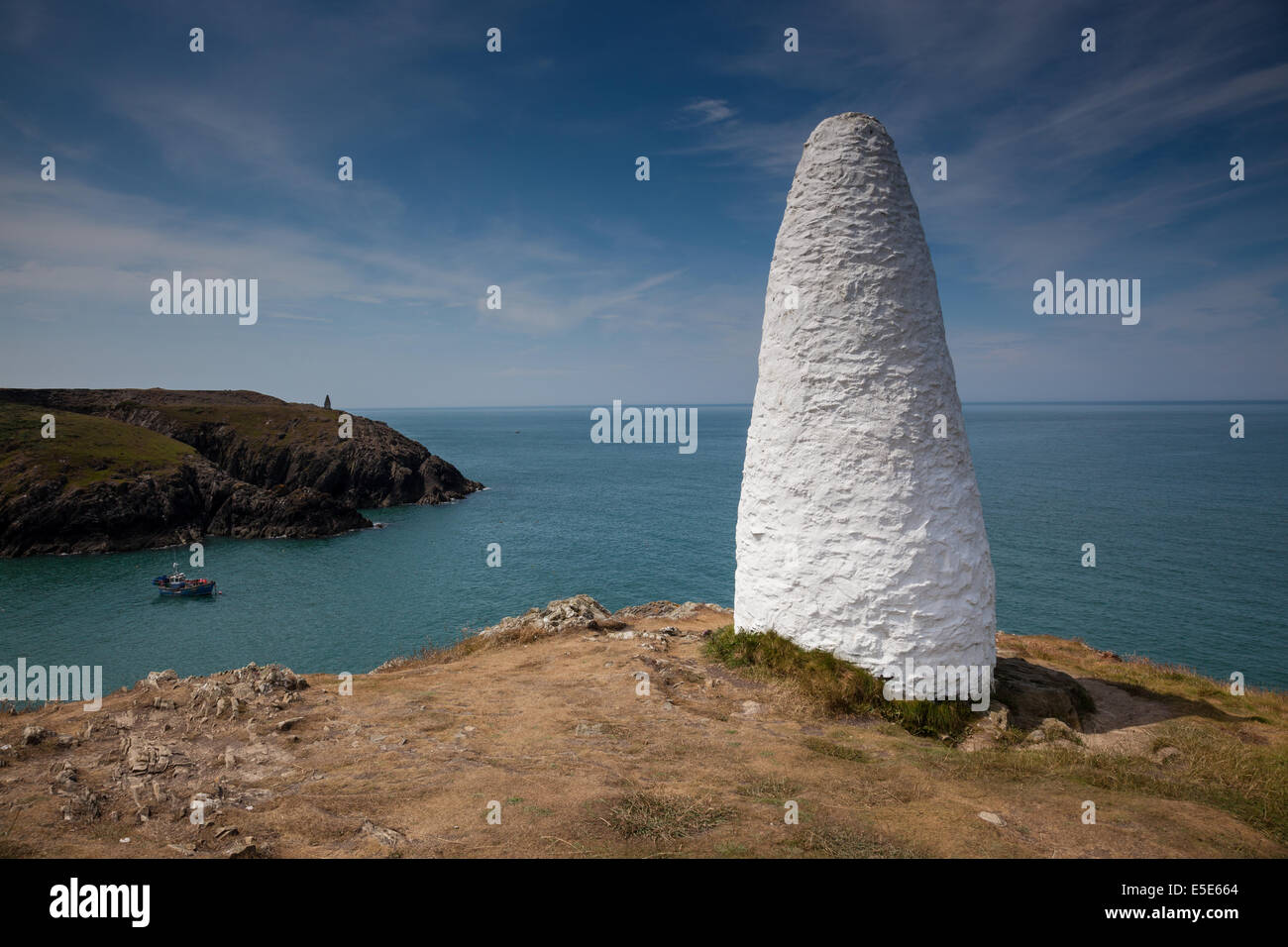 White stone beacon at the entrance to Porthgain Harbour, near Fishguard, Pembrokeshire, Wales - Stock Image