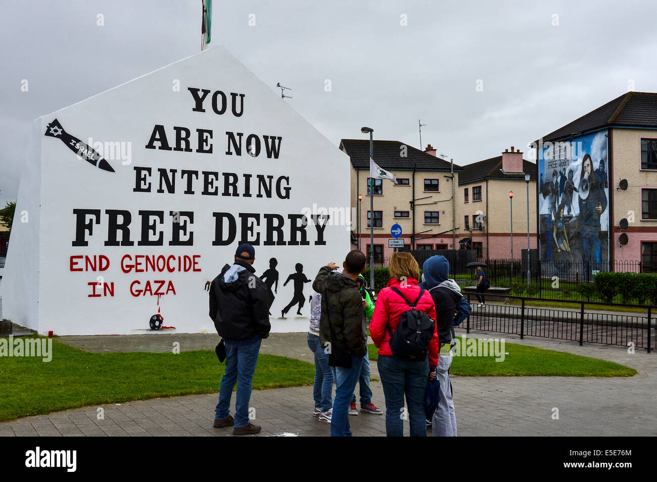 Derry, Londonderry, Northern Ireland - 29 July 2014 Pro-Palestinian Slogan painted on Free Derry Wall. Tourists - Stock Image