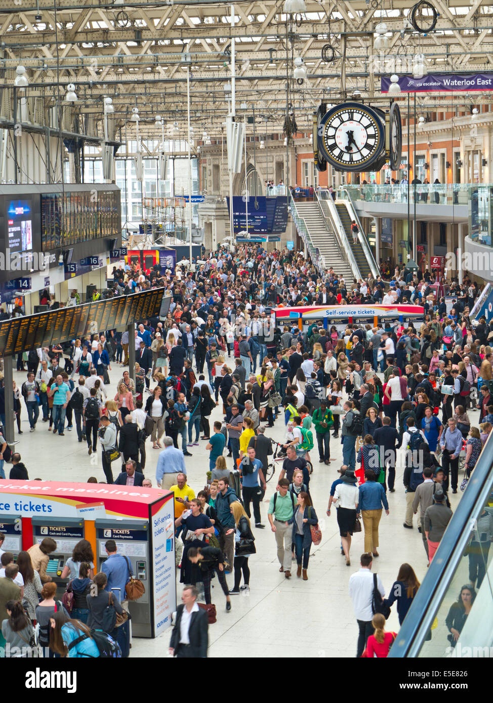 WATERLOO STATION Busy concourse crowds queues commuters visitors London Waterloo station London EC1 - Stock Image