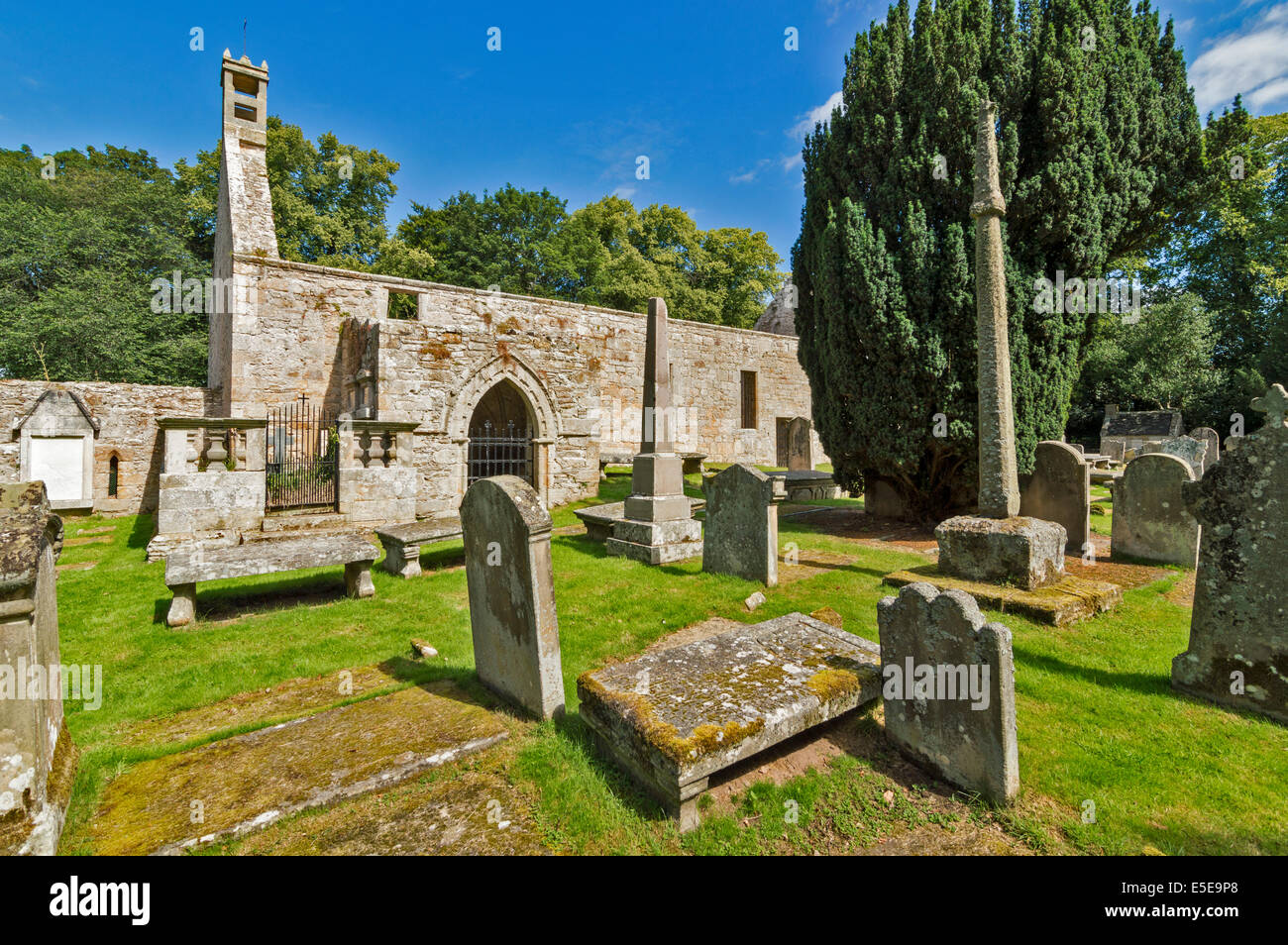 ST PETER'S KIRK OR CHURCH DUFFUS MORAY THE PORCH BURIAL GROUNDS AND MERCAT CROSS - Stock Image